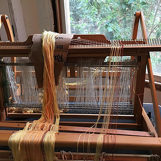first time using a raddle, notice the bump of the loom above it?