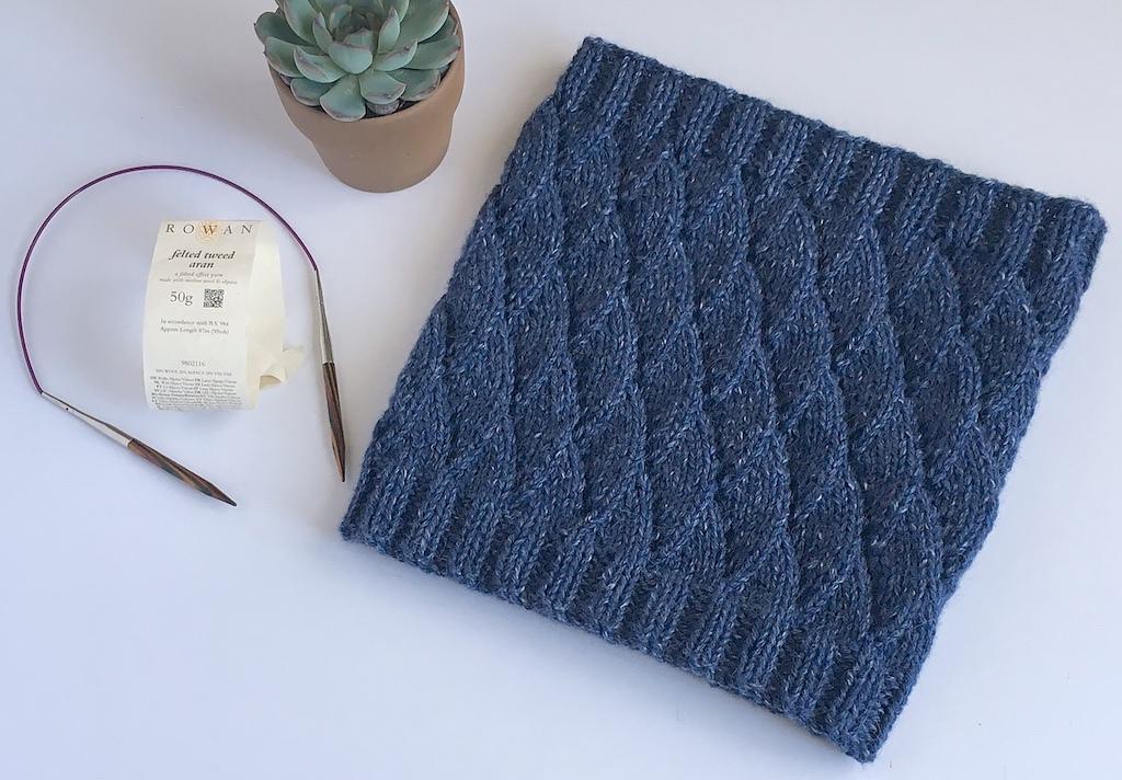 aran weight knit cowl pattern with wavy pattern design