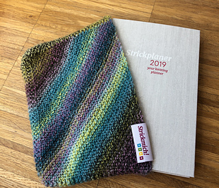 The fabric tag and the planner are available at www.strickmich.shop