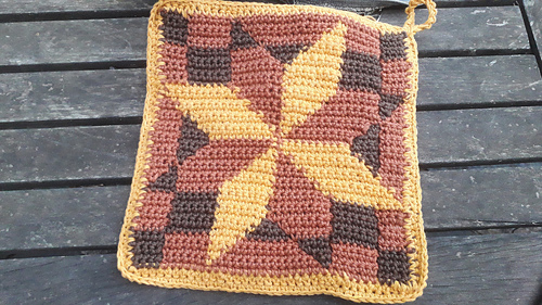 Potholder with diagonal lines and a third color / Pannenlap met schuine lijnen en een derde kleur
