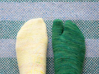 Left: Wide-toe (regular toe) / Right: Tabi-toe