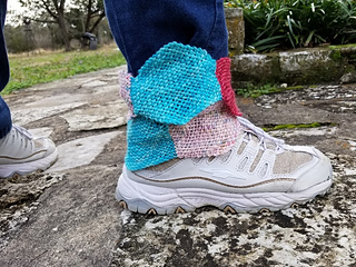 Use 7 hexagons in any worsted weight yarn, any colors, to make this fun ankle moebius.