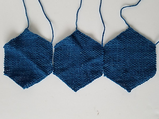 Weave 3 hexagons and sew them together to form a row.