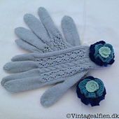 Same pattern in another blue color. I've trimmed the gloves with knitted flowers