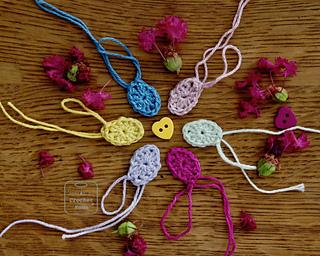 モチーフを1枚ずつ編むと、手の加減で完成したときのモチーフの大きさがバラバラになるので、6色の糸を1段ごとに編むことに。夏の終わり、サルスベリの花といっしょにスタート