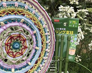 大きいマンダラはレース糸で編んでも直径が20cmを超える。百均で売っていた〈朝顔の支柱〉のリングを取り外して使ってみた。108円でリング3つ。