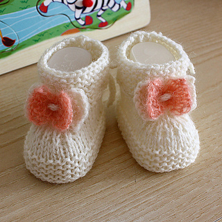 Ravelry: Baby Booties with Knitted Bow