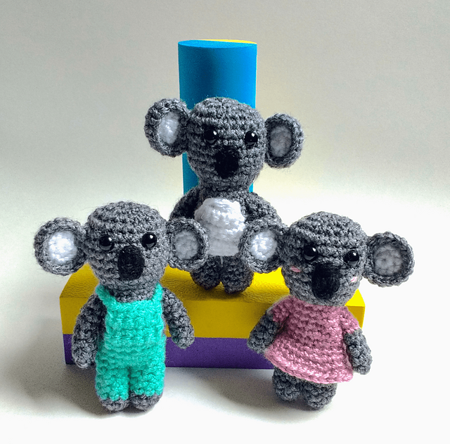 Amigurumi Koala Crochet Pattern Wearing A Dungaree – Stricken Wolle | 631x640