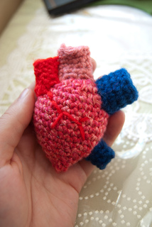 Free crochet pattern for a human heart   Häkelmuster für herzen ...   320x214