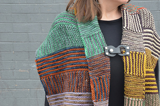 Wrap in color blocked color scheme, shown with a removable closure