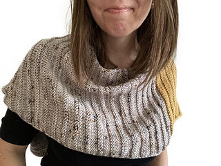Style your Air Hugs Wrap as a simple shoulder cozy. The piece is closed in a long loop using removable buttons.