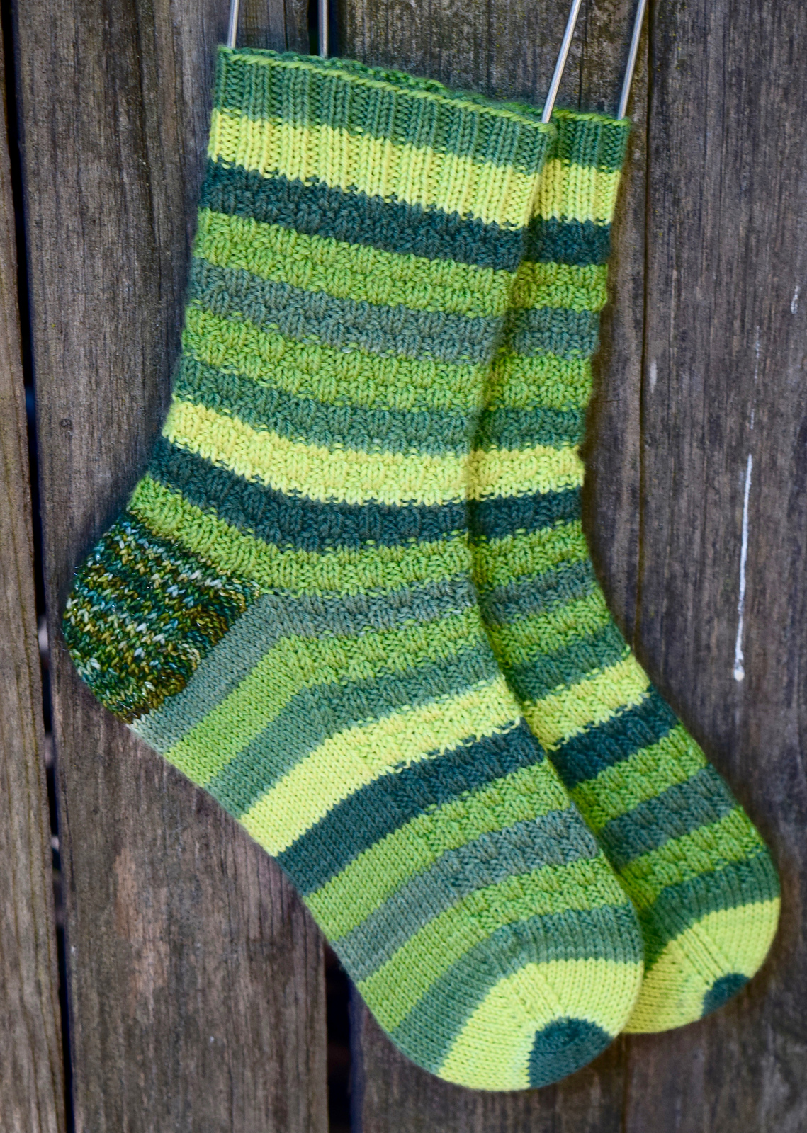easy knit and purl sock knitting pattern using sock weight yarn that's a self-striping yarn